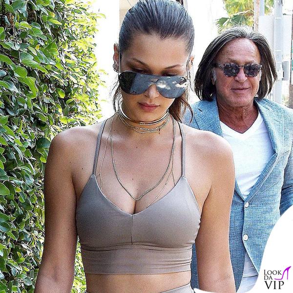 Bella Hadid top e leggings Alo sneakers Adidas occhiali Quay 4