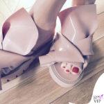 Luisa Ranieri scarpe Kartell N21 Knot