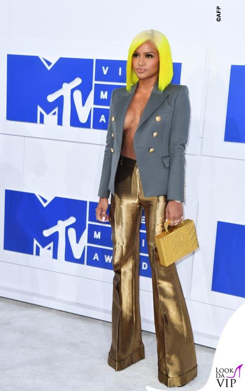 Cassie VMAs 2016 giacca Balmain pantaloni e scarpe Gucci