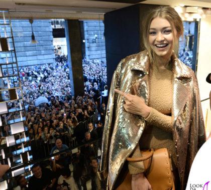 Gigi Hadid MFW presentazione BoBag cappotto body sandali borsa Max Mara