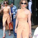Jennifer Lopez abito Cmeo pump Jimmy Choo borsa Christian Louboutin occhiali Fendi