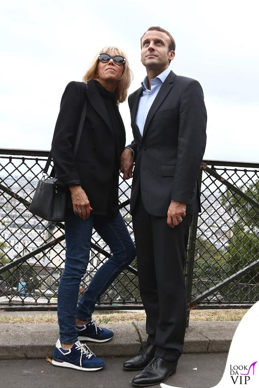 Emmanuel Macron a passeggio con la moglie a Parigi