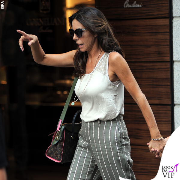 Emanuela Folliero pantaloni righe borsa LV