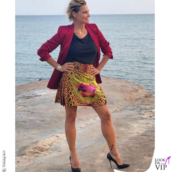 Simona Ventura Temptation giacca Escada gonna Versace scarpe Casadei gioielli Spallanzani