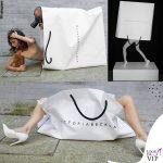Victoria Beckham nuda nella shopping bag