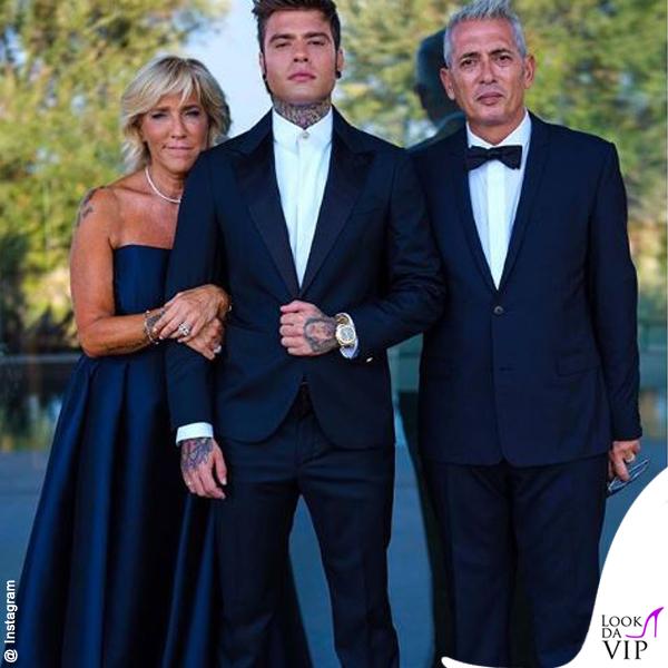 Fedez abito Versace con i genitori