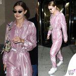 Gigi Hadid tuta Ralph Lauren, borsa Prada, occhiali Poppy Lissiman, stivali Y.R.U.