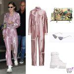 Gigi Hadid tuta Ralph Lauren, borsa Prada, occhiali Poppy Lissiman, stivali Y.R.U. 3
