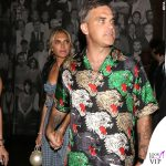 Robbie Williams e Ayda Field camicia Gucci, sneakers Fendi, borsa Chanel