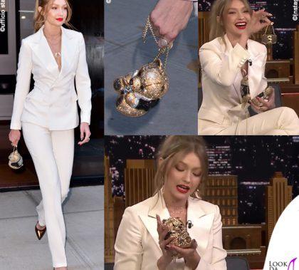 Gigi Hadid tailleur Ralph Lauren scarpe Loriblu gioielli Jacquie Aiche borsa Judith Leiber 12