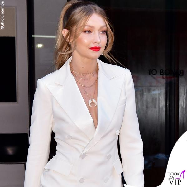 Gigi Hadid tailleur Ralph Lauren scarpe Loriblu gioielli Jacquie Aiche borsa Judith Leiber 2