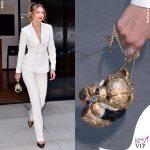 Gigi Hadid tailleur Ralph Lauren scarpe Loriblu gioielli Jacquie Aiche borsa Judith Leiber 3
