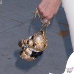 Gigi Hadid tailleur Ralph Lauren scarpe Loriblu gioielli Jacquie Aiche borsa Judith Leiber 4