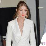 Gigi Hadid tailleur Ralph Lauren scarpe Loriblu gioielli Jacquie Aiche borsa Judith Leiber 5