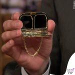 Gigi Hadid tailleur Ralph Lauren scarpe Loriblu gioielli Jacquie Aiche borsa Judith Leiber 9