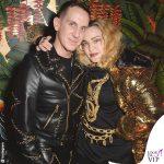 Madonna giubbotto Moschino for H&M