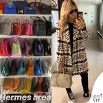 Wanda Nara borsa Hermes Birkin bianca cappotto Balmain occhiali Versace