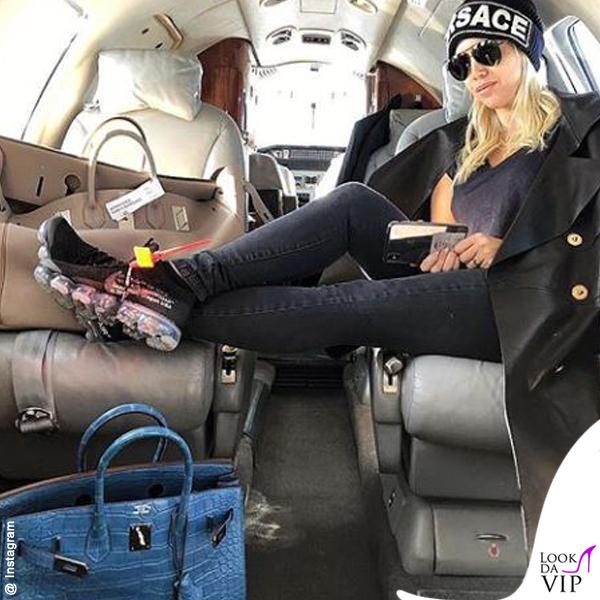 Wanda Nara borsa Hermes Birkin blu coccodrillo cappello Versace
