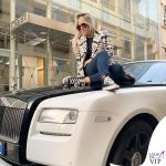 Wanda Nara cappotto balmain, sneakers Converse, borsa Hermès 2