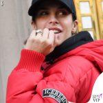 Elisabetta Canalis piumino Iceberg mutande Calvin Klein scarpe Nike freccia