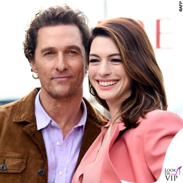 Anne Hathaway completo Petar Petrov pump Casadei