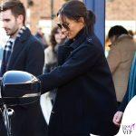 Meghan Markle jeans HM occhiali Victoria Beckham pump Stuart Weitzman