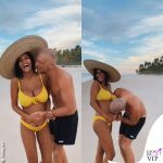 Tina Kunakey incinta bikini giallo
