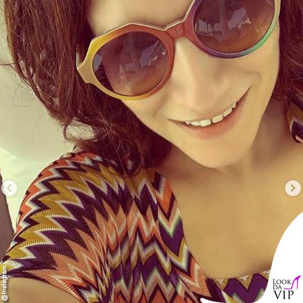 Laura Pausini beachwear Missoni occhiali Marco De Vincenzo