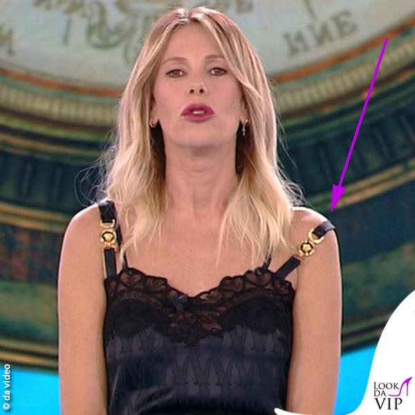 Alessia Marcuzzi Isola 9 puntata vestito stivali Versace scuse