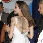 Angelina Jolie abito Versace tatuaggi schiena