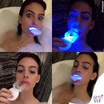 Georgina nuda in vasca sbianca i denti