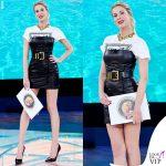 Isola-quarta-puntata-Alessia-Marcuzzi-tshirt-vestito-cintura-Versace-7