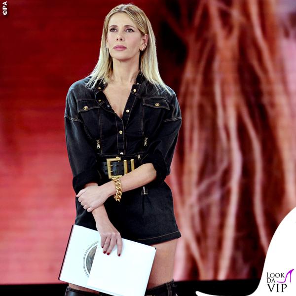 Isola-seconda-puntata-Alessia-Marcuzzi-tuta-stivali-Versace-2