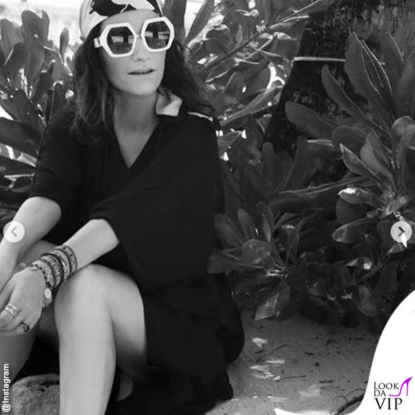 Laura Pausini occhiali e foulard Valentino