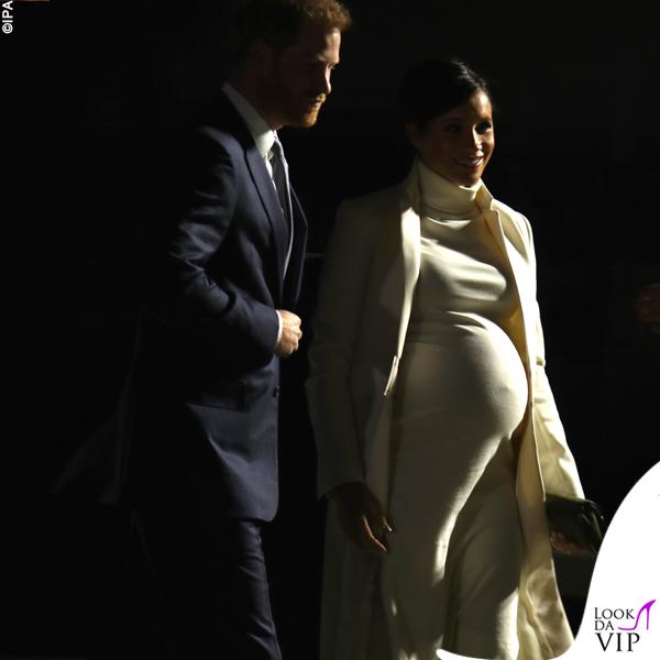 Meghan Markle cappotto Amanda Wakeley abito Calvin Klein clutch e pump Ralph Lauren 2
