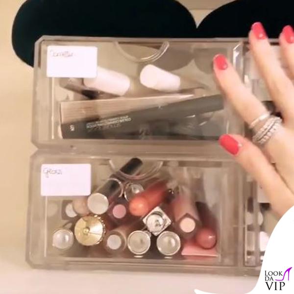 i prodotti per il make-up suddivisi nelle scatole