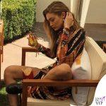 Gigi Hadid patatine McDonalds outfit Kim Shui stivali Dr Martens 7
