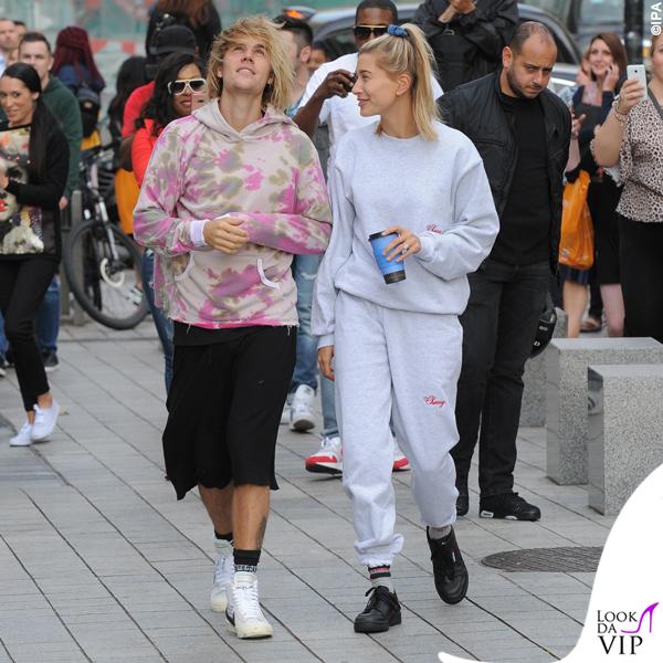 JustinBieber-Hailey-Baldwin-Londra-sneakers-Nike-x-Off-White-Adidas-calze-Vetements-tuta-Cherry