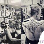 Paola Barale tatuaggio schiena
