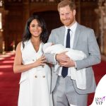 Meghan Markle Harry Baby Sussex abito Wales Bonner collana Jennifer Meyer copertina G H Hunt