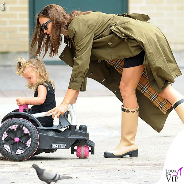 Irina Shayk trench Burberry stivali Chanel Lea De Seine Shayk Cooper abito Versace trench Burberry 3