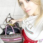 Wanda Nara tshirt Gucci pantaloni Moncler trolley Louis Vuitton borsa Dior