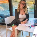 Diletta Leotta al lavoro a casa elegante sopra e con shorts e calzini sotto
