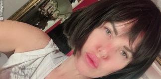 Alba Parietti con la parrucca a caschetto