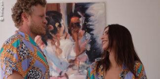 emily ratajkowski mostra i nuovi modella della sua collezione inamorata. in questa foto è con Sebastian Bear-McClard