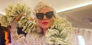 lady gaga sul jet privato con la borsa costosa e il boa fatto di dollari